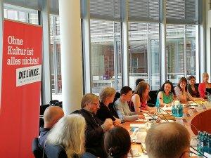 Fachgespräch Unabhängige Verlage 18. Juni 2018, Linksfraktion im Deutschen Bundestag. Simone Barrientos im Gespräch mit Verleger*innen und Interessierten.