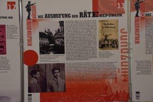 Kommentar zur aktuellen Ausstellung im Rathaus Würzburg, Foto einer Stelltafel