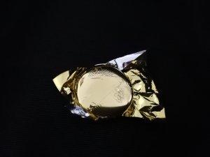 Die golden–glitzernde Rettungsdecke ist das Symbol der Vielen.