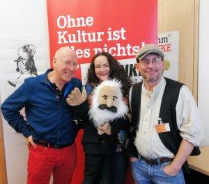 Simone Barrientos mit Andreas Kurrus und Matthias Träger, beide im Vorstand des Verbands Deutscher Puppentheater